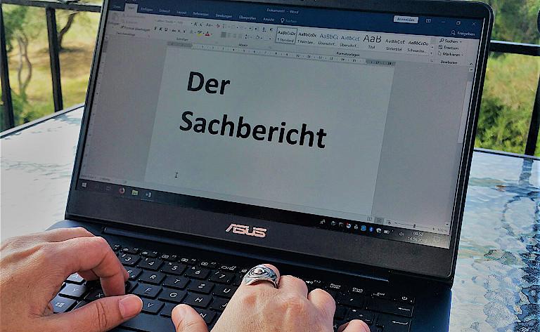 Desktop mit Datei Sachbericht