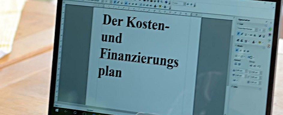 Desktop mit Datei Finanzierungsplan